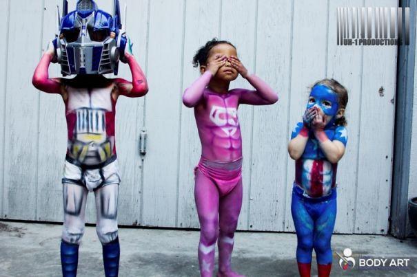 Foto Karya Seni Cat Tubuh Bayi Superhero 2
