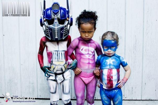 Foto Karya Seni Cat Tubuh Bayi Superhero 1