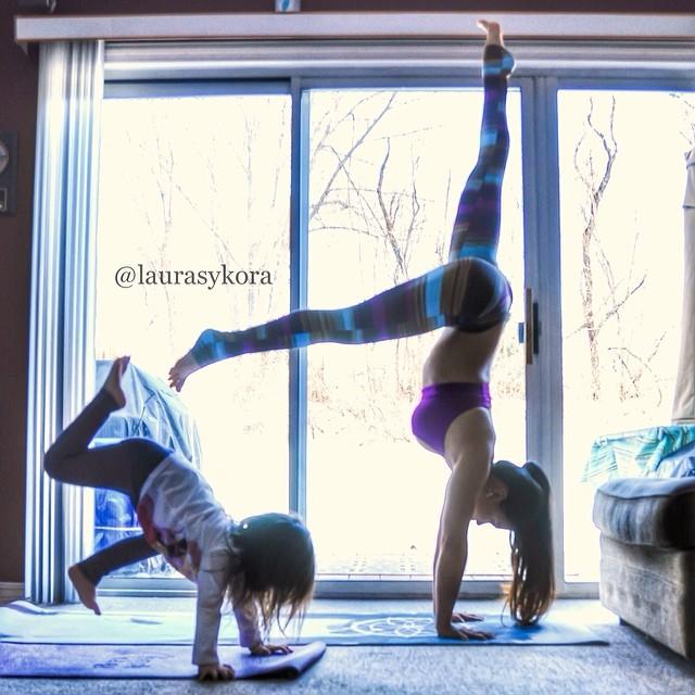mom-and-daughter-yoga-laura-kasperzak-14