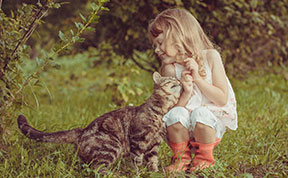 20+ Heartwarming Photos Of Kids Playing With Their Cats