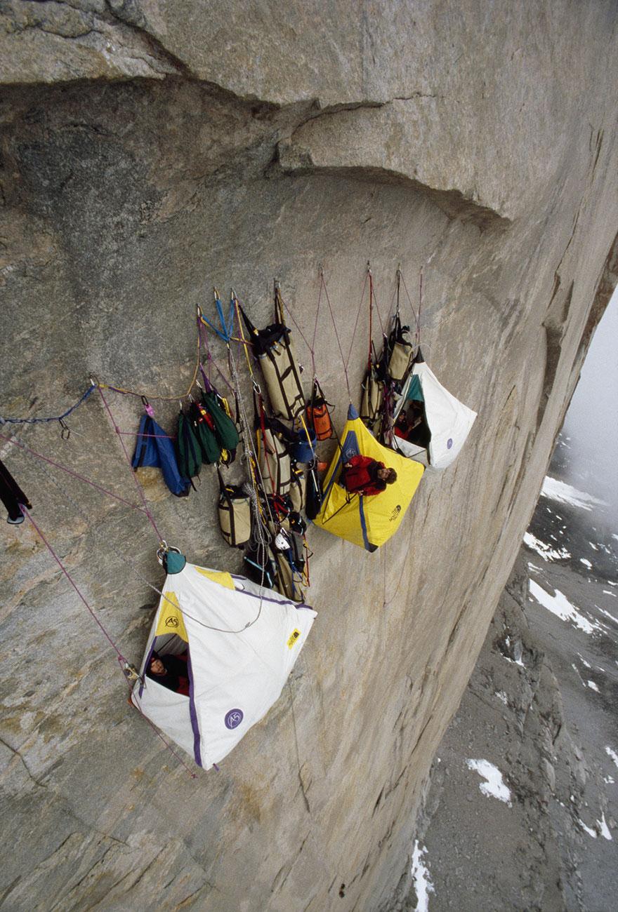 Cắm trại ngay trên những vách núi như thế này không phải là chuyện đơn giản mà đầy thử thách về tâm lý