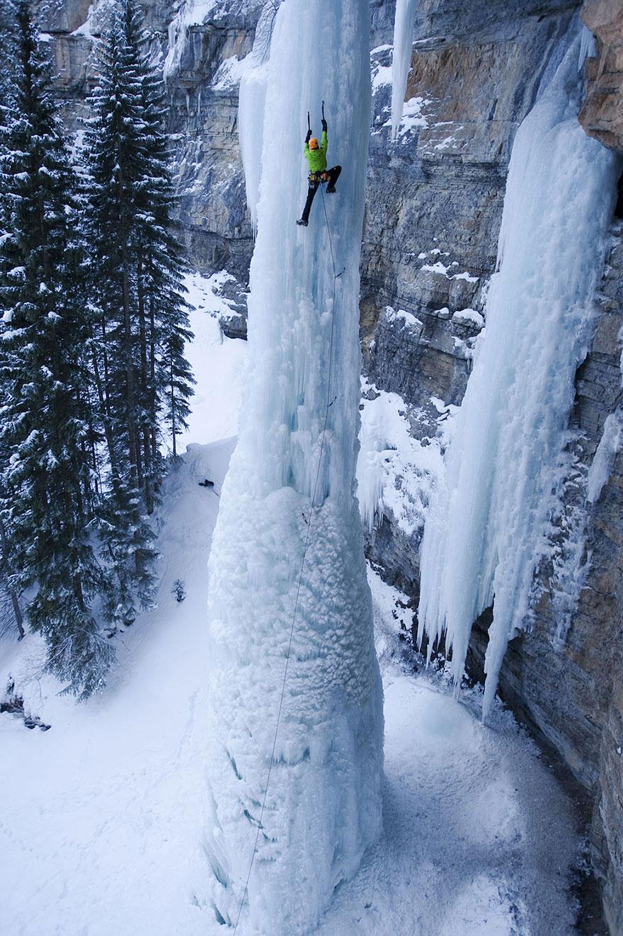 Hay cheo leo trên một mỏm tuyết lớn