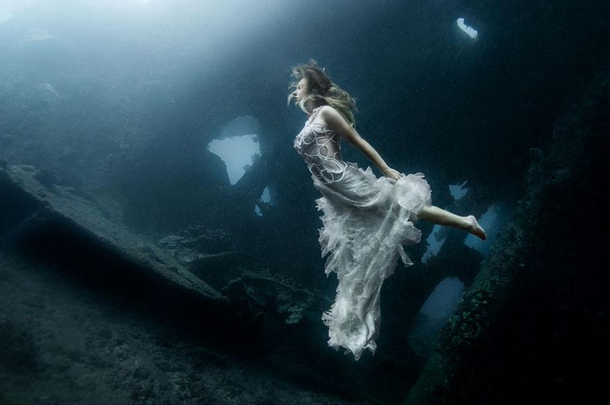 Các người mẫu phải nhịn thở rất lâu dưới lòng biển sâu và lạnh lẽo