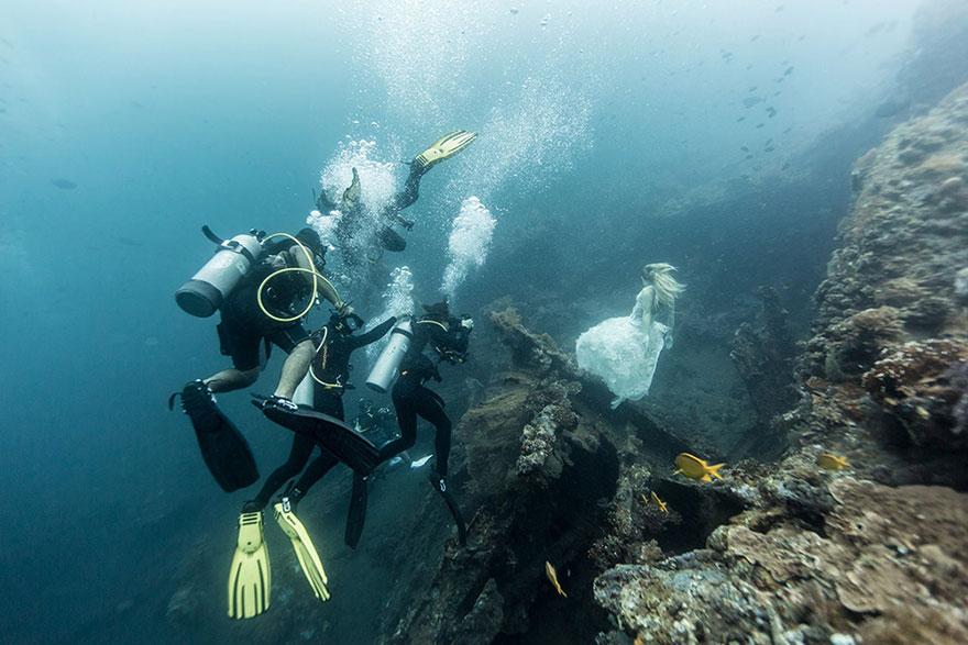 Đầy ma mị bộ ảnh được thực hiện ở độ sâu 25m dưới đáy biển