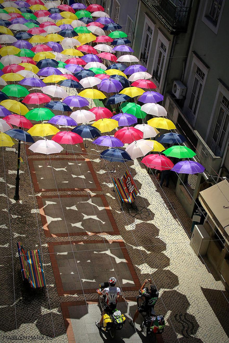 floating-umbrellas-agueda-portugal-2014-14