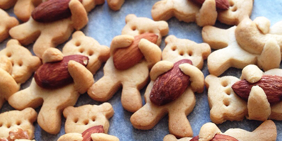 Maa Tamagosan, a French-trained Japanese cook, just might have created a cookie that is too cute to eat. Her cookies look like cute little teddy bears clutching tasty nuts close to their hearts. Luckily for us, Maa shared the recipe for these cookies on her blog so that the rest of the world can wre…