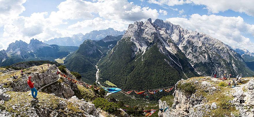 Люди на этом фестивале спали в гамаках, висячих на высоте сотен футов над итальянскими Альпами