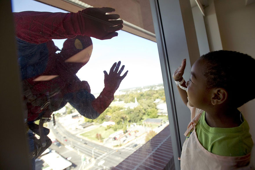spiderman-window-washers-childrens-hospital-3