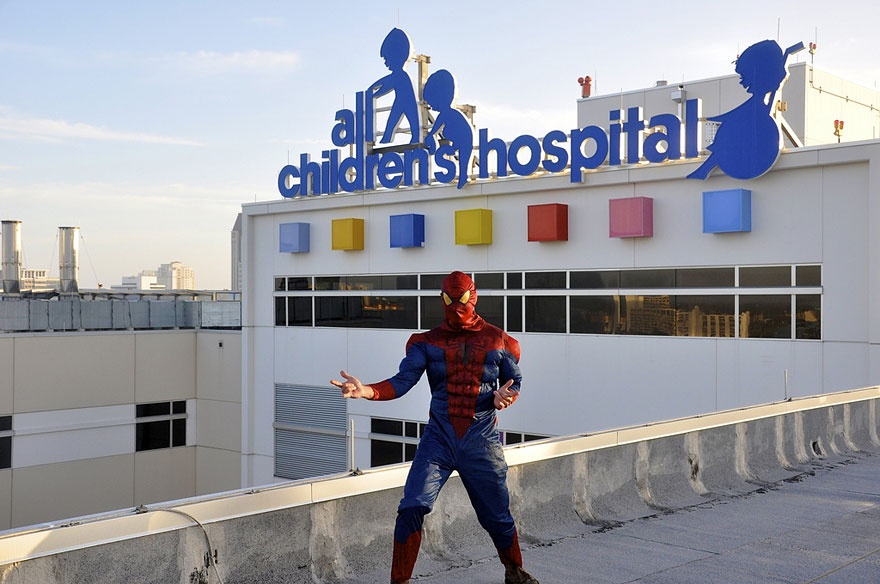 spiderman-window-washers-childrens-hospital-4