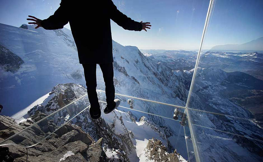 step-into-the-void-glass-floor-french-alps-1