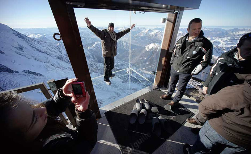 step-into-the-void-glass-floor-french-alps-2