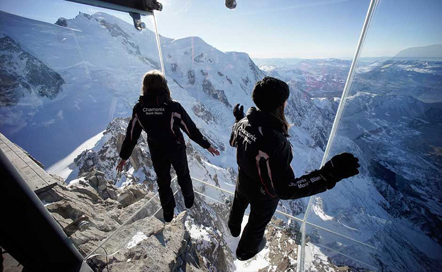 step-into-the-void-glass-floor-french-alps-3