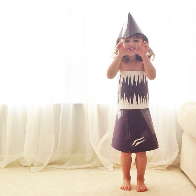 4-year-old-girl-paper-dresses-2sisters-angie-mayhem-10