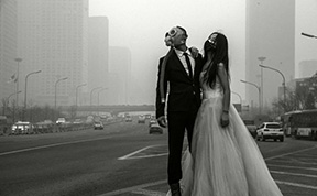 Couple Poses With Gas Masks For Their Wedding Photos To Protest Heavy Pollution In China