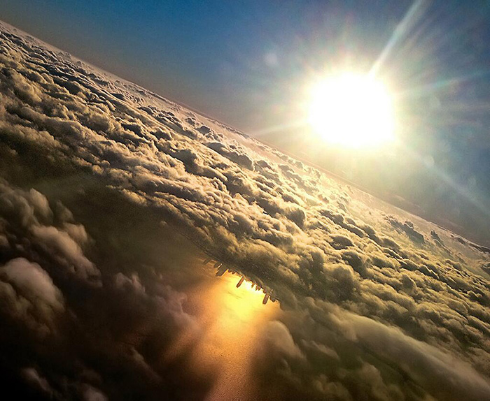 Breathtaking Picture of Chicago Reflected on Lake Michigan Captured By Guy With Iphone In Airplane