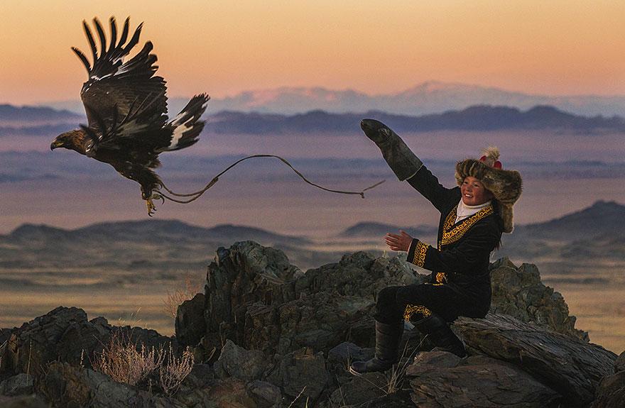 kazakh-female-eagle-hunter-asher-svidensky-1