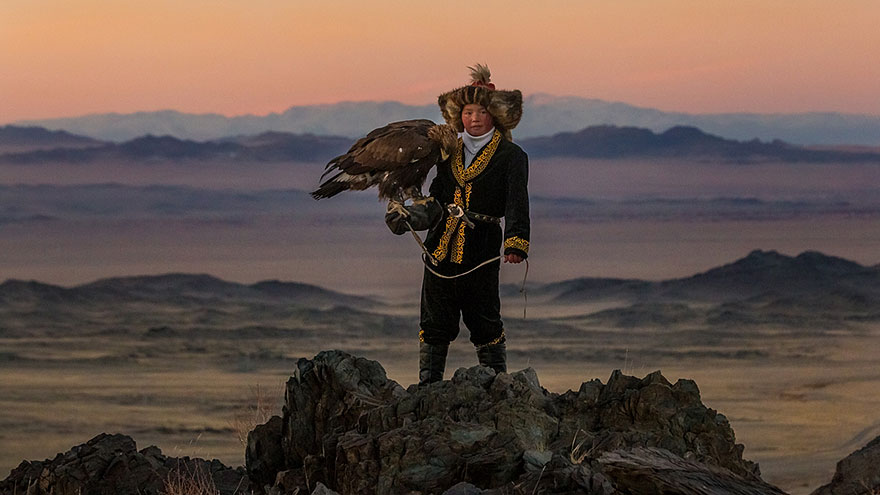 kazakh-female-eagle-hunter-asher-svidensky-2