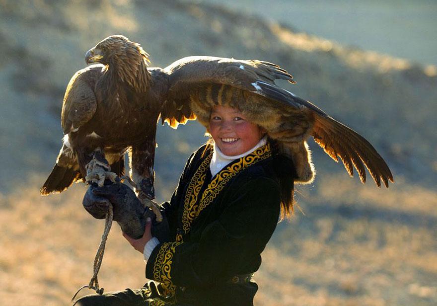 kazakh-female-eagle-hunter-asher-svidensky-3