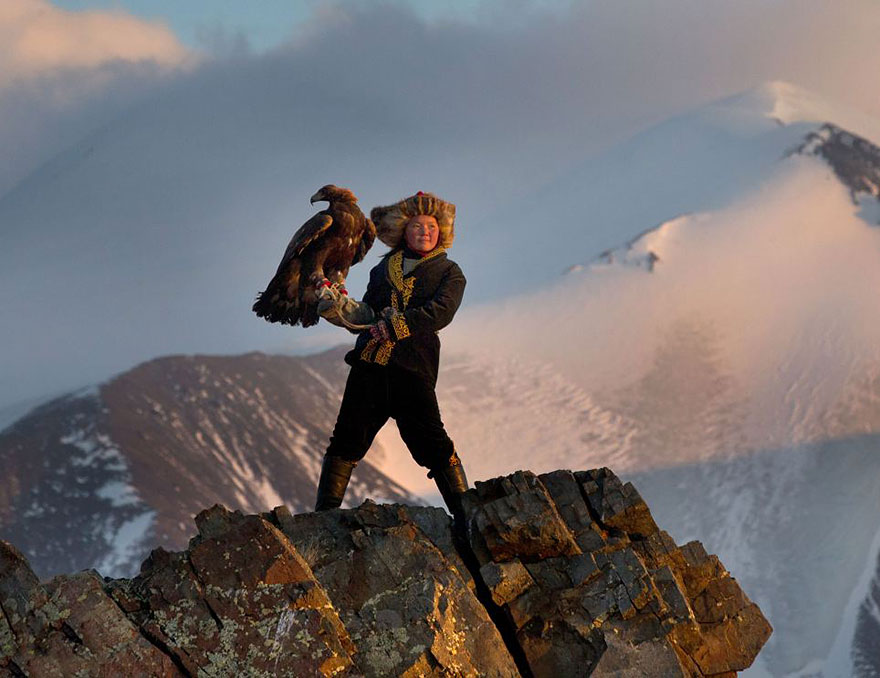 kazakh-female-eagle-hunter-asher-svidensky-4