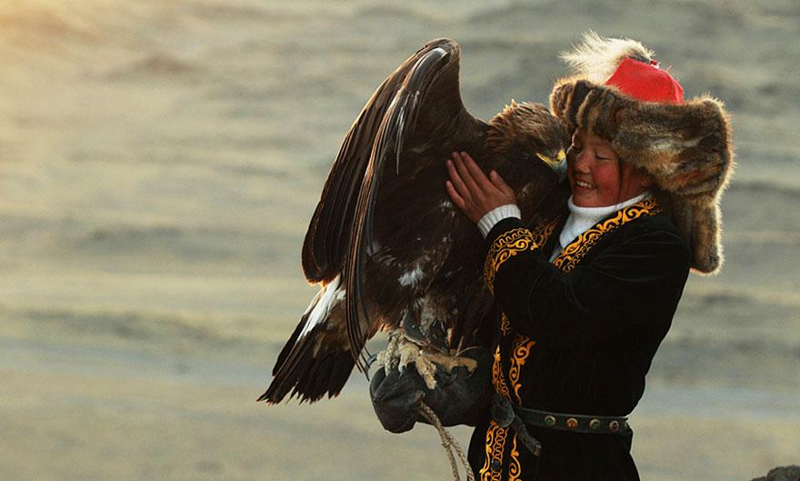 kazakh-female-eagle-hunter-asher-svidensky-5