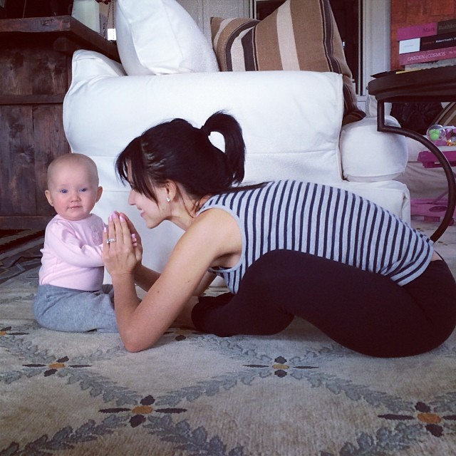 mom-and-daughter-yoga-hilaria-baldwin-3