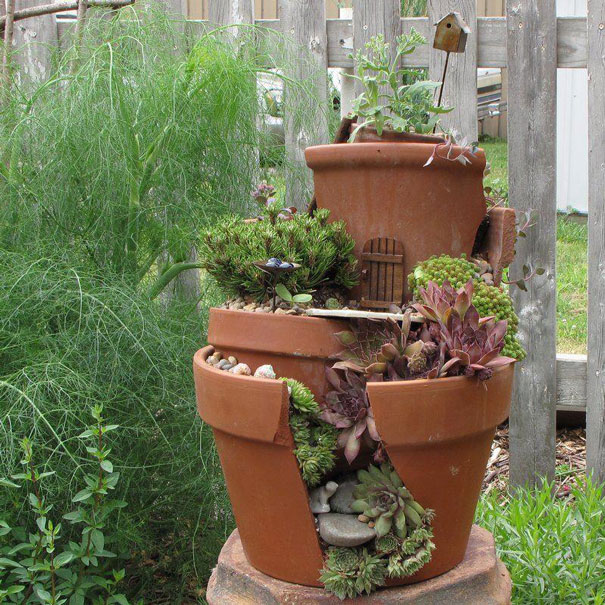 Broken pots turned into brilliant diy fairy gardens for Plant de pot exterieur
