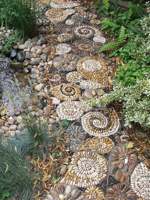15 magical pebble paths that flow like rivers bored panda for Garden designs using pebbles