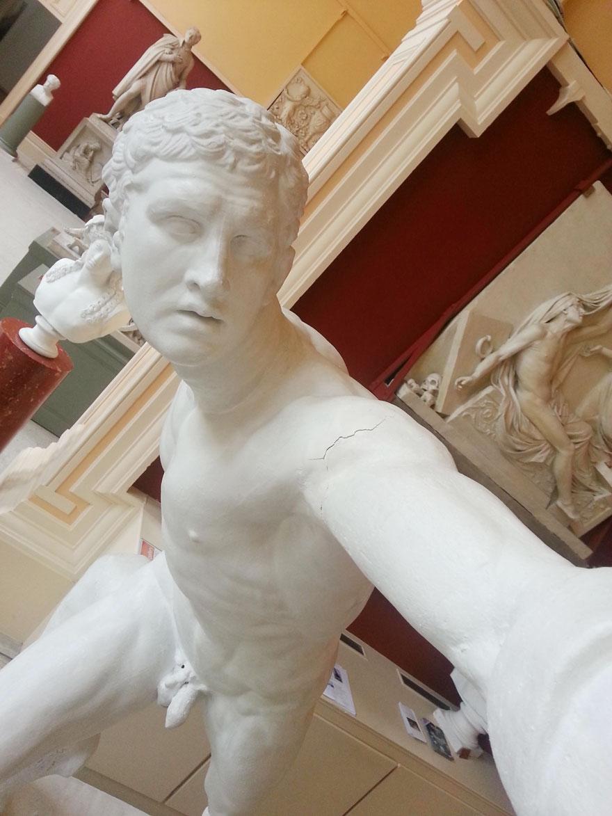 statue-selfies-3