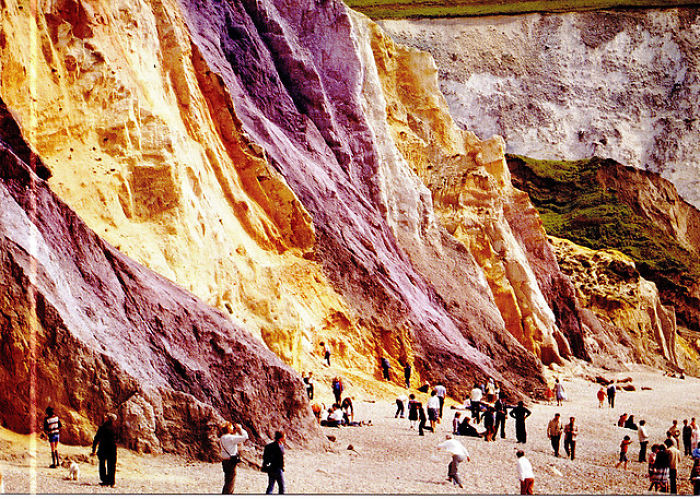 Acantilados de color y Sands At Alum Bay en la Isla de Wight en el Canal Inglés