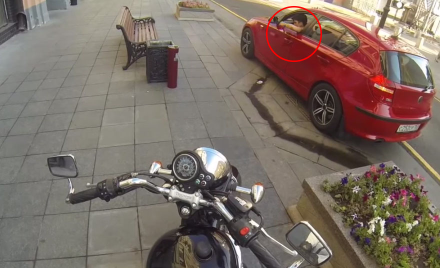 anonymous-motorcyclist-fights-litterers-1