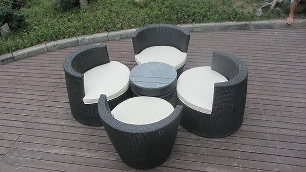 精美堆积的椅子和表