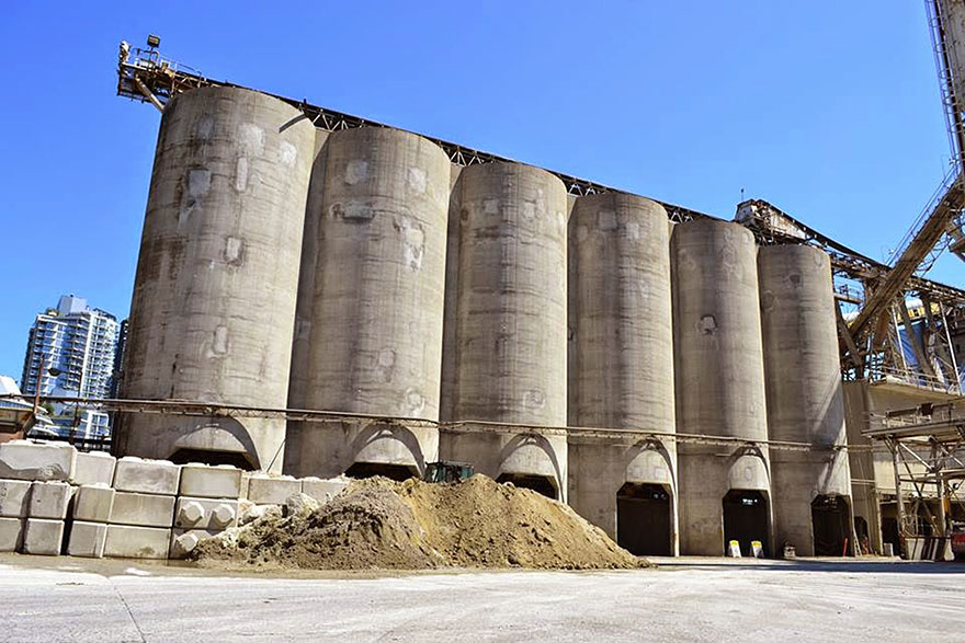 giants-graffiti-industrial-silos-os-gemeos-7