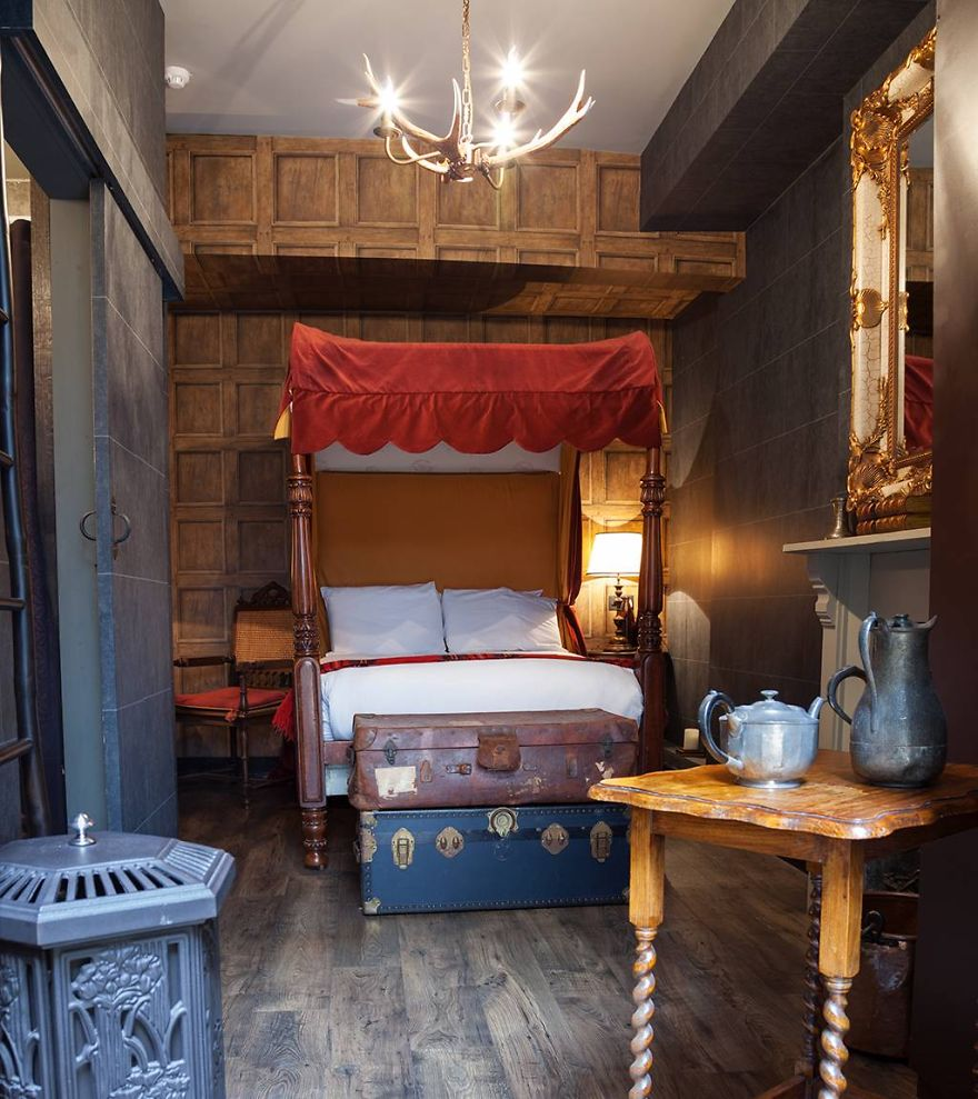 themed hotel rooms harry potter fans can now stay in hogwarts themed hotel 29571
