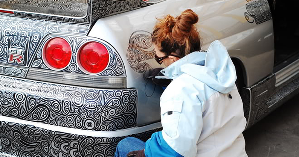 guy lets his artist wife doodle with sharpie pen on his nissan skyline gtr bored panda. Black Bedroom Furniture Sets. Home Design Ideas