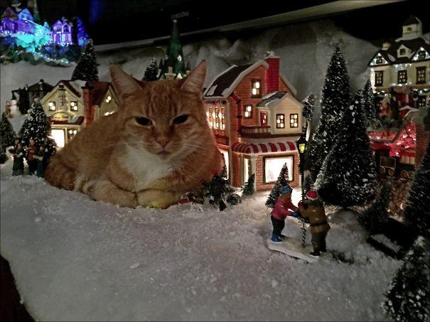 Giant Kitty Destroys Xmas-town