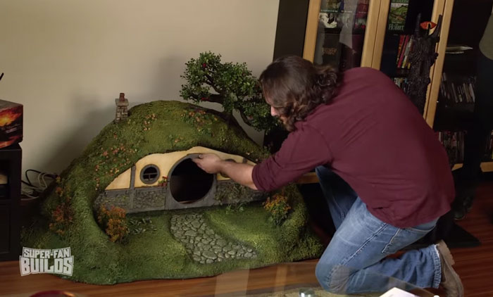 lord-of-the-rings-cat-liter-box-sauron-scrathing-post-superfan-builds-12