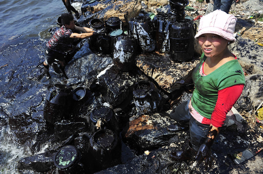 Fishermen Clean Up Oil At Oil Spill Near Dalian Port, Liaoning Province