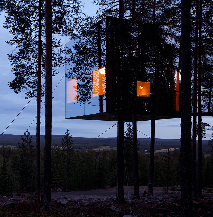 Mirrorcube tree house hotel in sweden bored panda for Mirror hotel