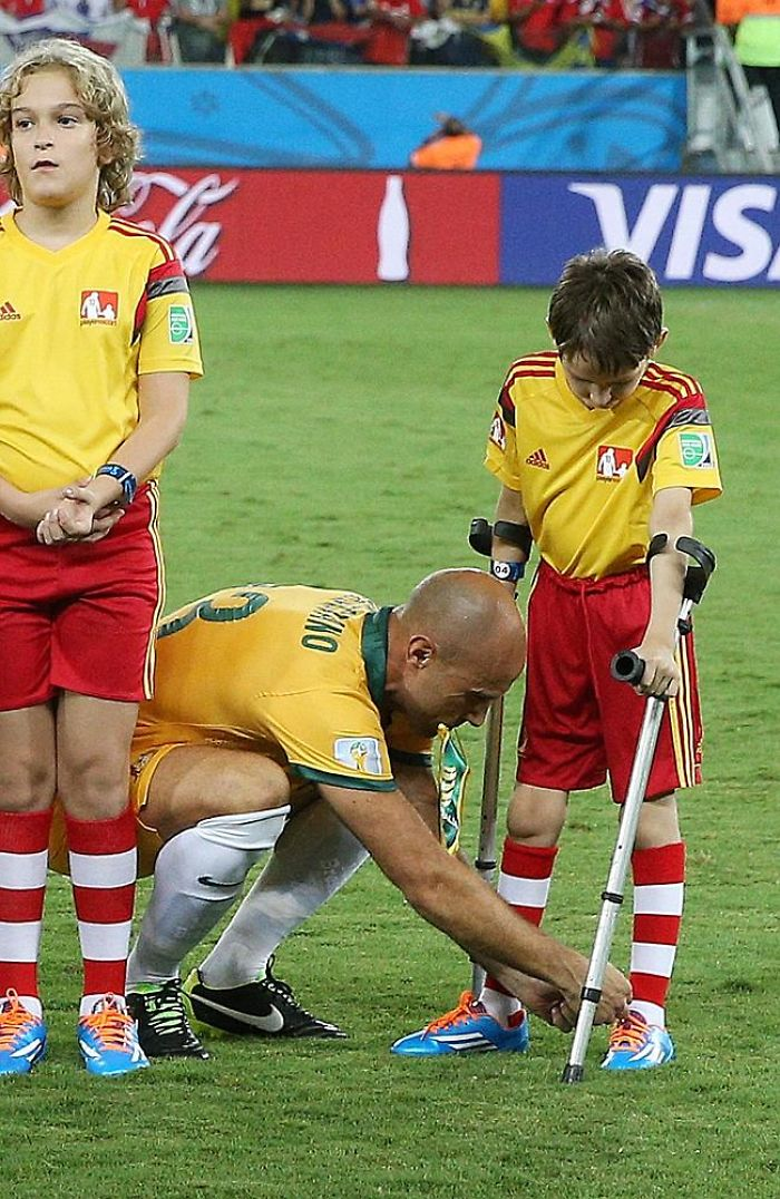 Socceroo's Mark Bresciano Helps A Young Mascot At 2014 World Cup #thanksbresc
