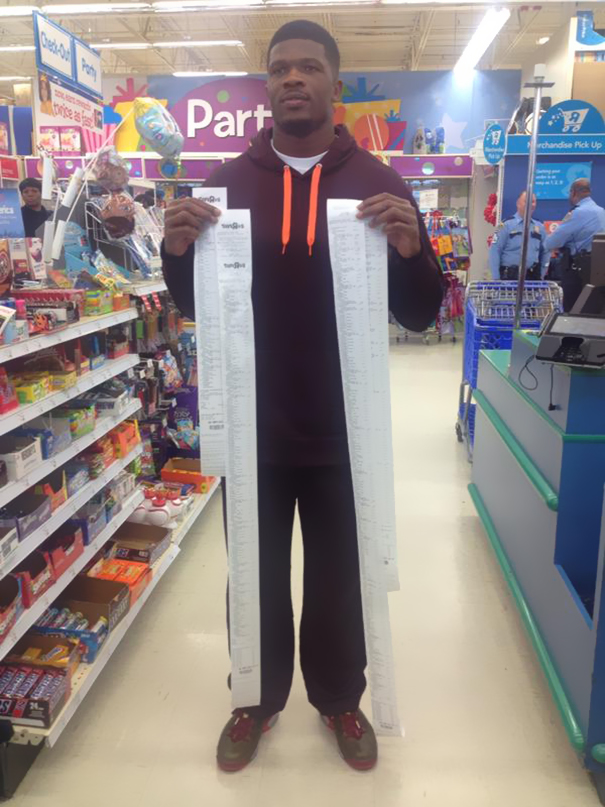 Andre Johnson Holding Receipts After He Gave 11 Kids In CPS 80 Seconds To Get Whatever They Wanted At Toys R Us