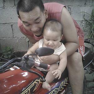 Este padre deja a su bebé jugar en su moto para calmar sus rabietas