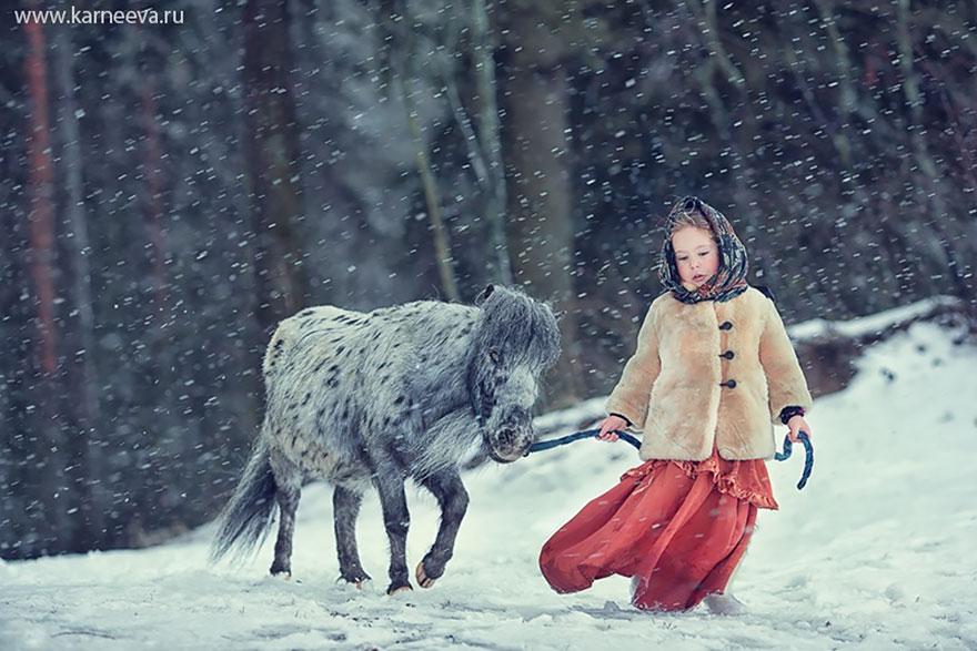 Crianças e animais Cuddle Em Photoshoots adoráveis por Elena Karneeva