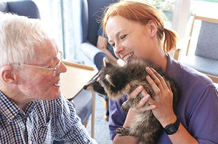 animals-visit-retirement-homes-creature-teachers-5