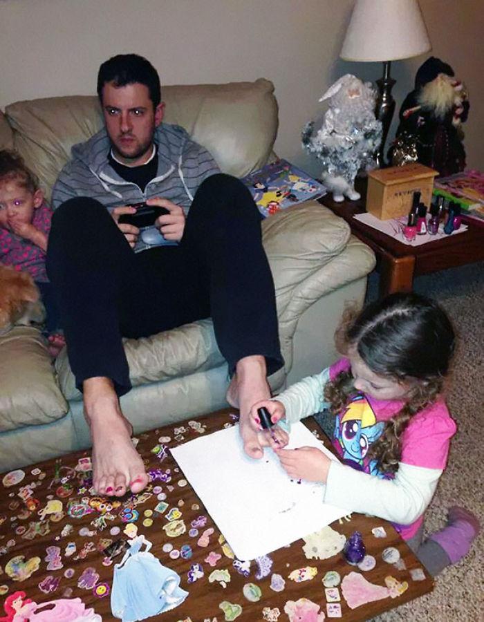 Este padre deja que su hija le pinte las uñas mientras juega a videojuegos