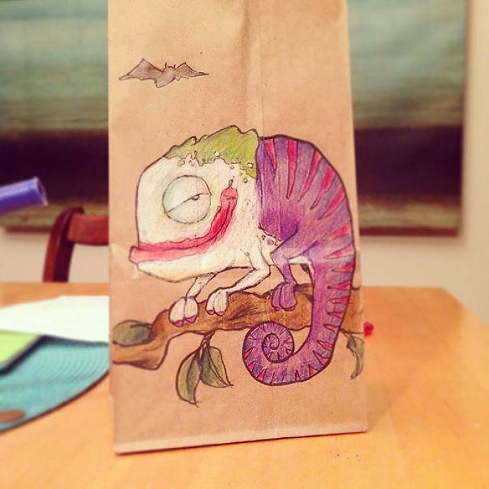 Este padre lleva 2 años dibujando personajes en la bolsa del almuerzo de su hijo