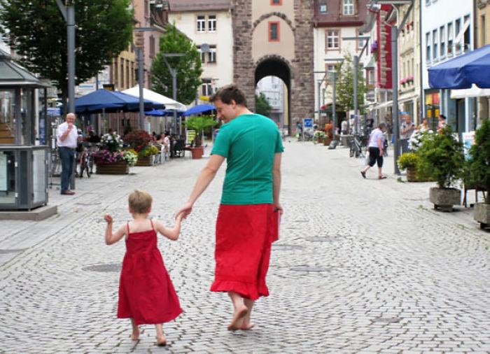 Este padre se puso una falda en solidaridad con su hijo que quería llevar vestido