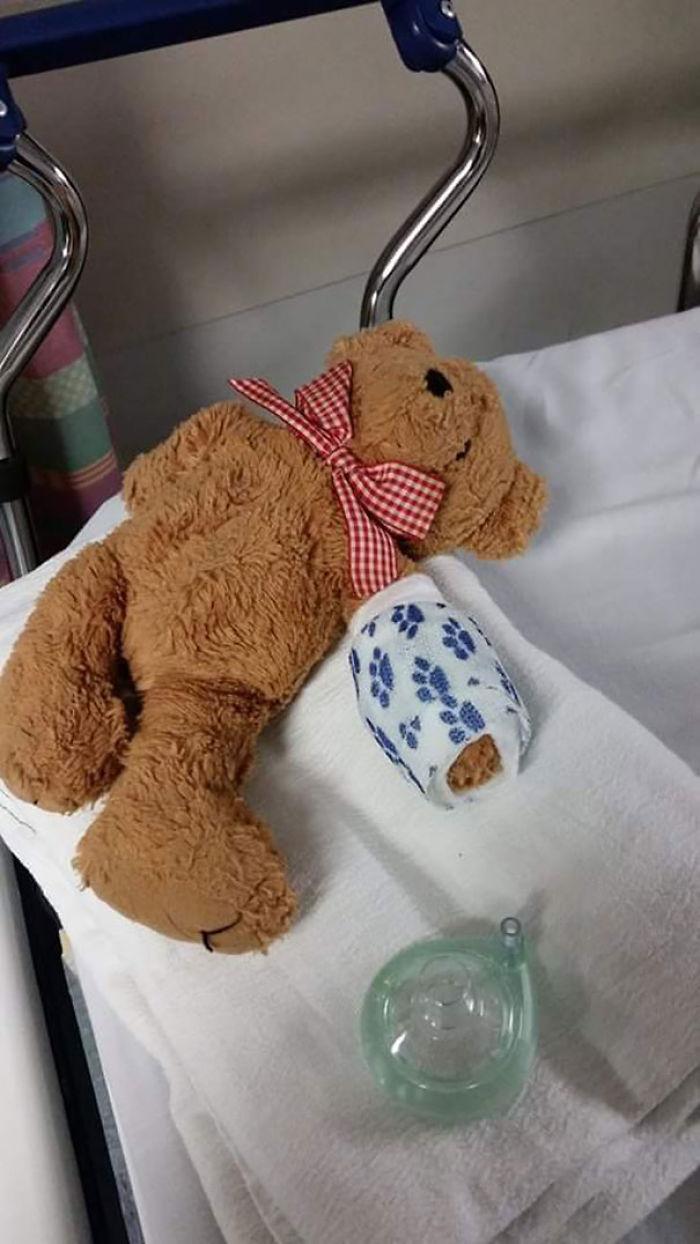 Hija se despertó de su operación y encontró a su osito igual que ella