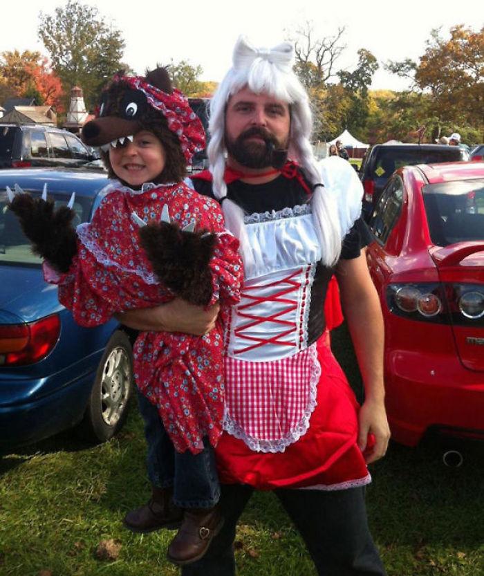 Este padre se disfrazó de Caperucita Roja porque su hija quería ser el lobo
