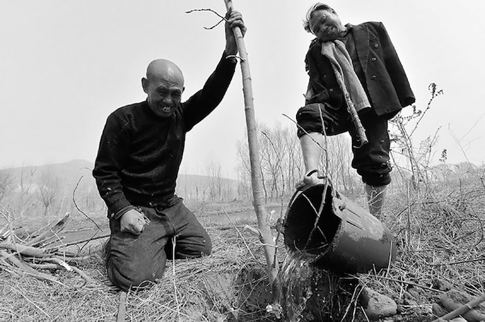blind-man-amputee-plant-trees-china-7