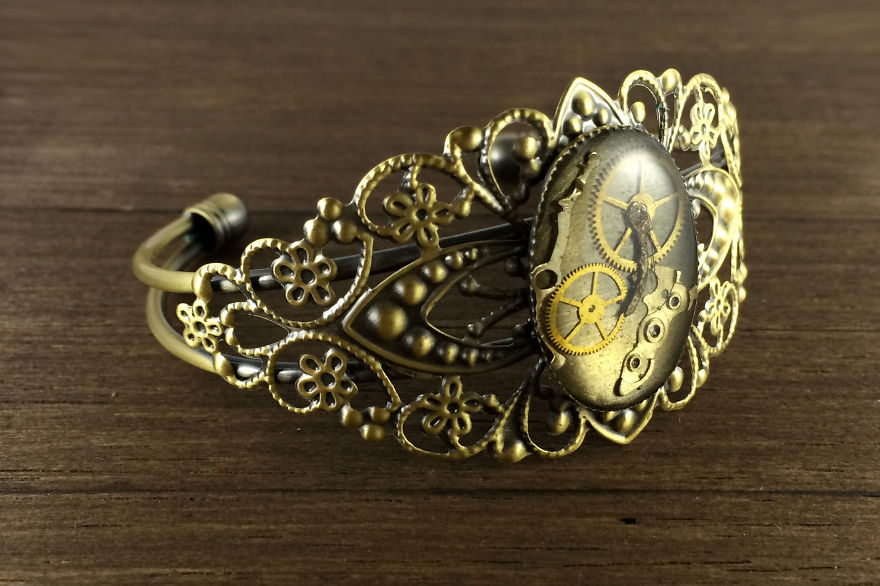Lithuanian-Artist-Creates-Steampunk-Jewelry-From-Old-watch-parts__880.jpg